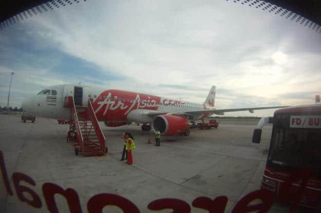 Subiendo al avi?n de la low cost Air Asia en Malasia