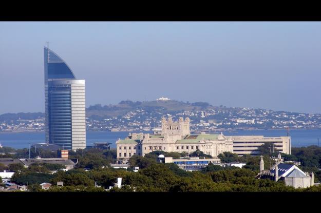 Se puede observar la Torre de las Telecomunicaciones. A su lado el Palacio Legislativo. Y al fondo el Cerro y la Fortaleza de Montevideo