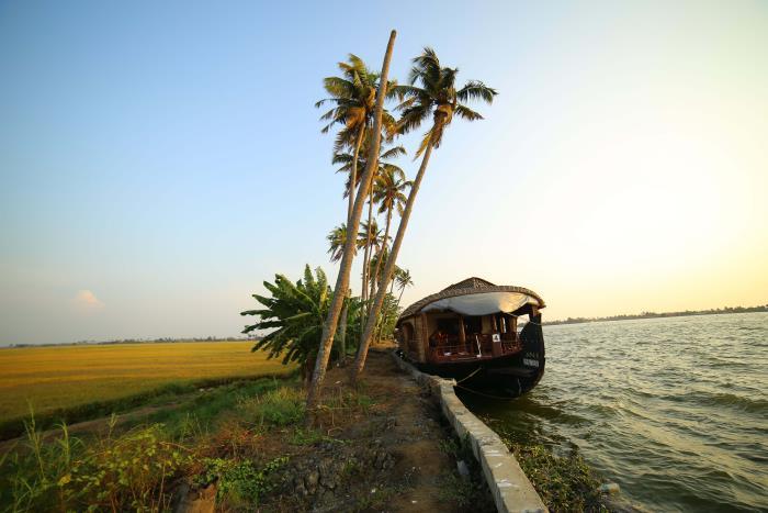 Kerala_houseboat_backwaters