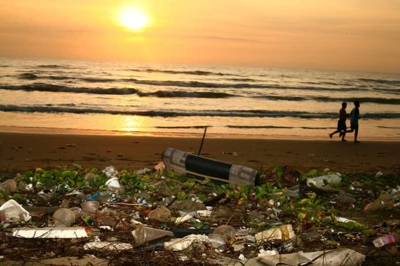 Playa contaminada por plásticos de un solo uso