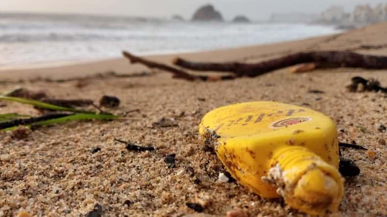 Plásticos de un solo uso contaminando la playa